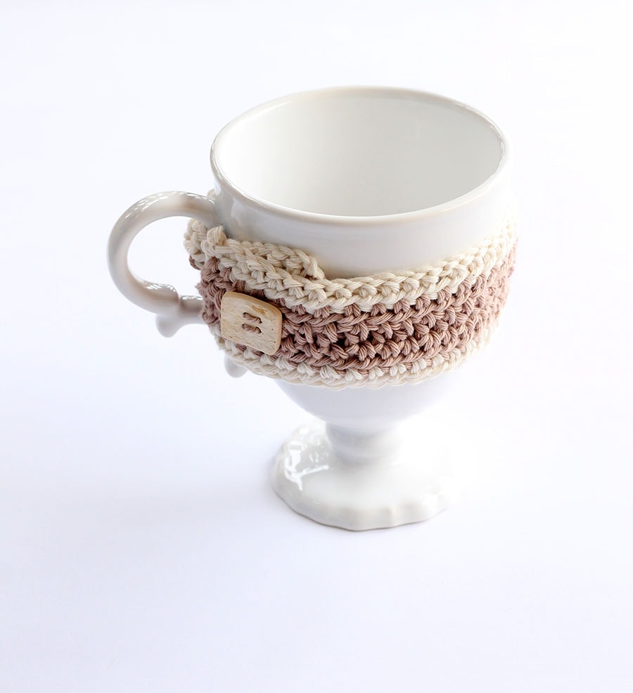 crochet mug cozy with wooden button
