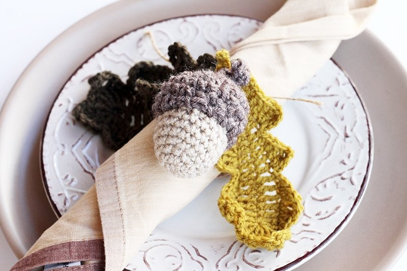 Crochet acorn and leaves pattern