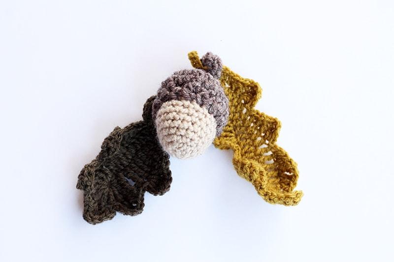 Crochet acorn and oak leaves pattern