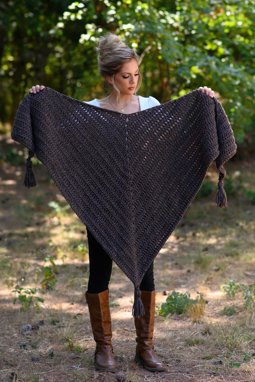 Crochet triangle shawl feat image 1
