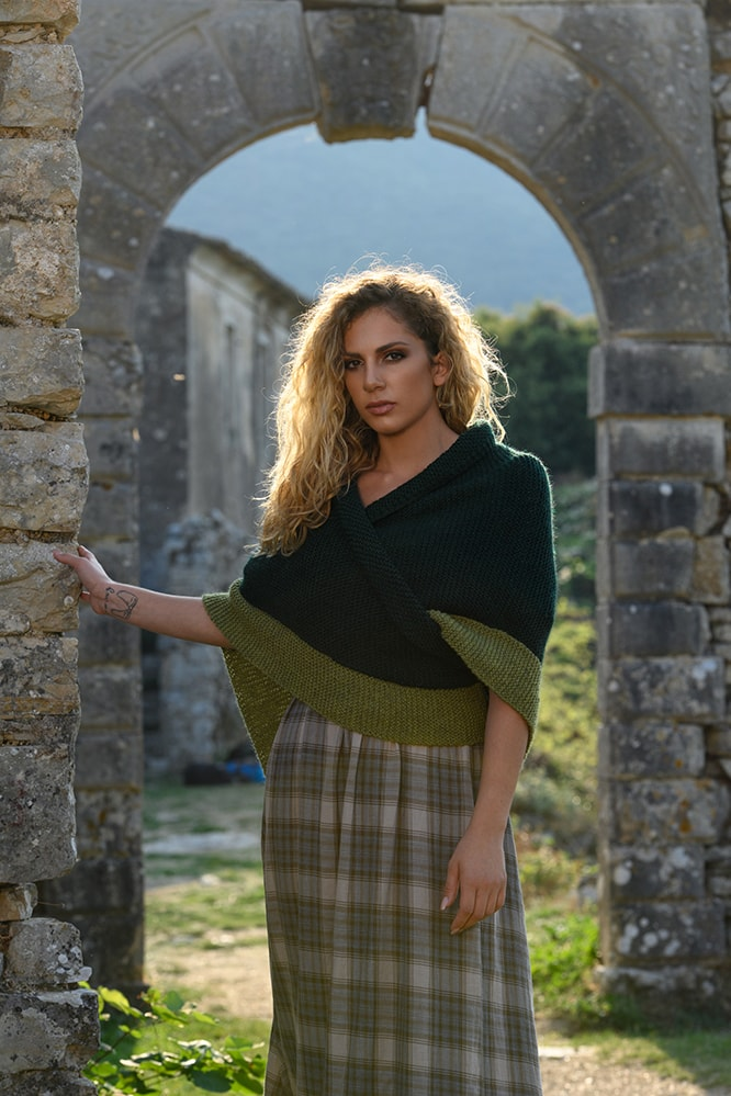 Claire from Outlander season 5 green shawl