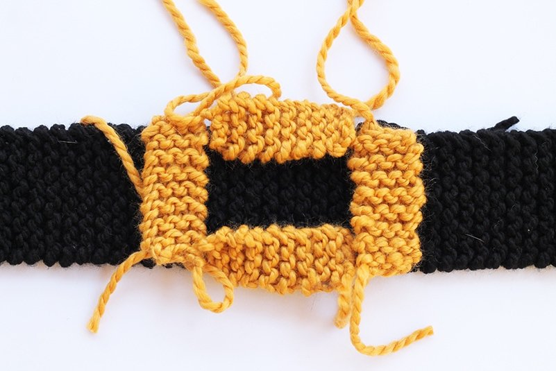 belt buckle with knitted pieces