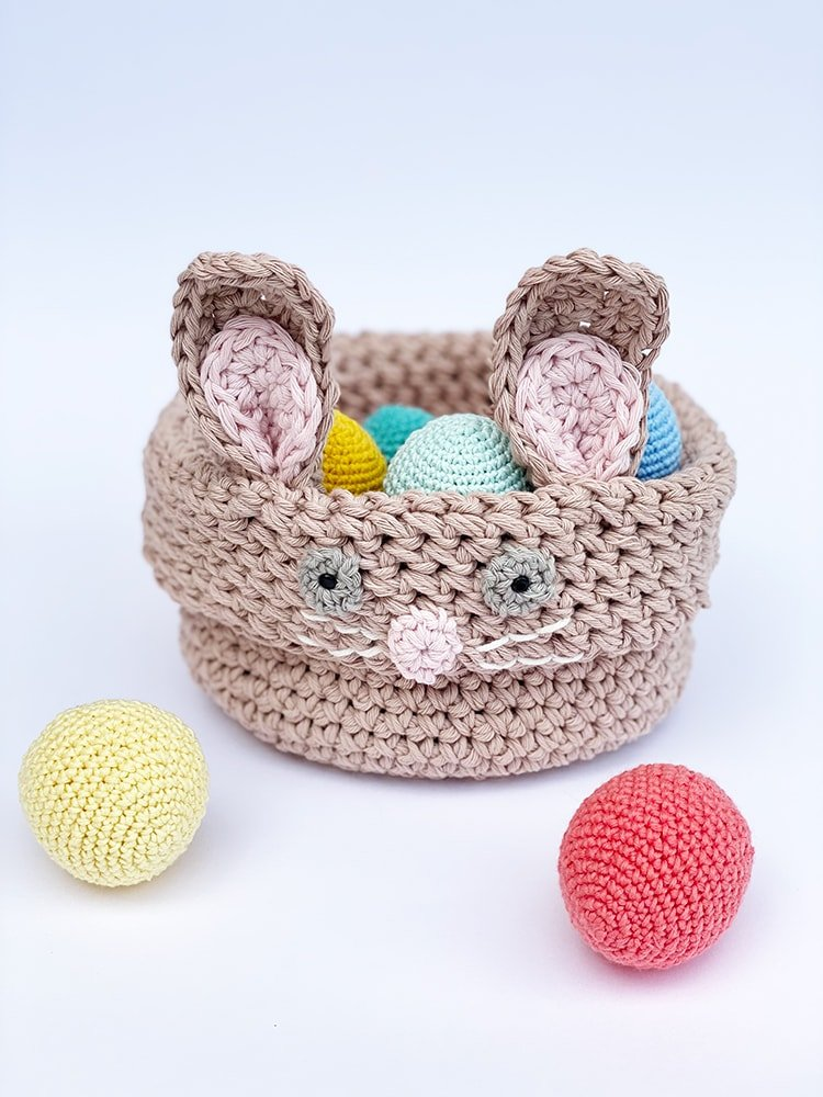 crochet easter basket with eggs