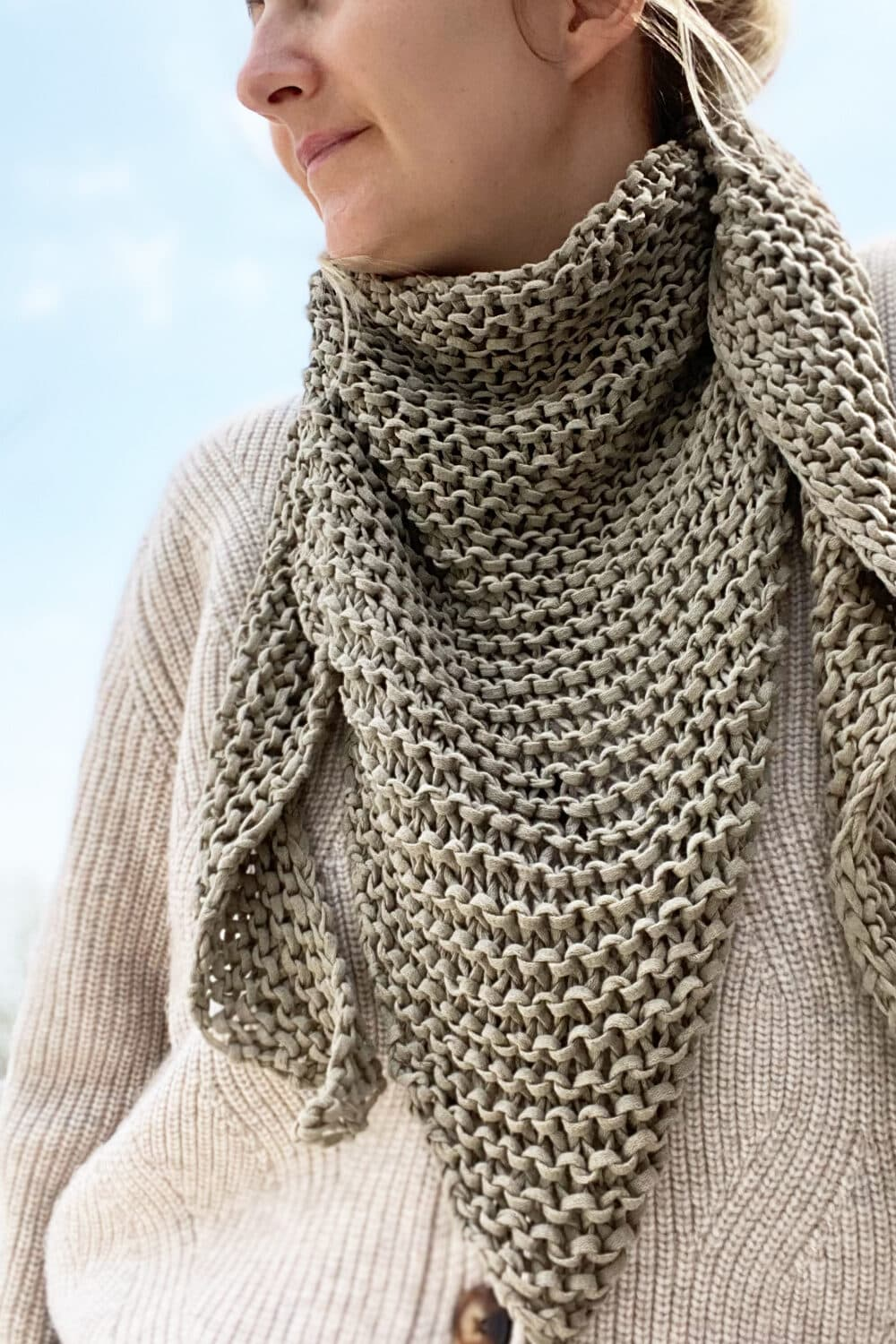 easy knit triangle scarf feat image