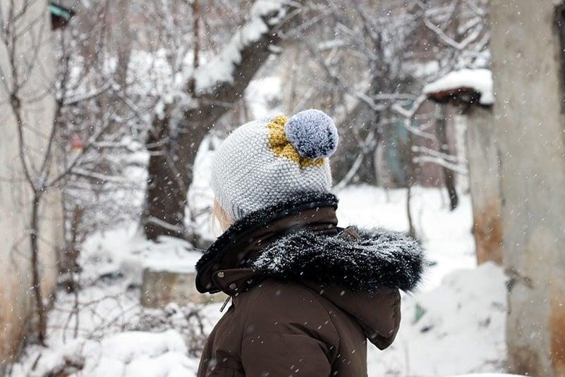 seed stitch hat with faux fur pom pom