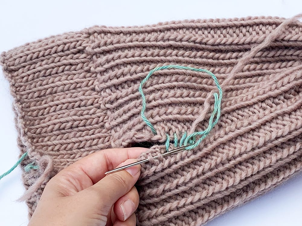 sewing up knitting using the mattress stitch